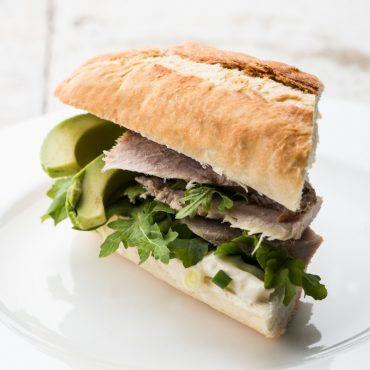sandwich-de-puerco-asado-con-mayonesa-de-cebollitas