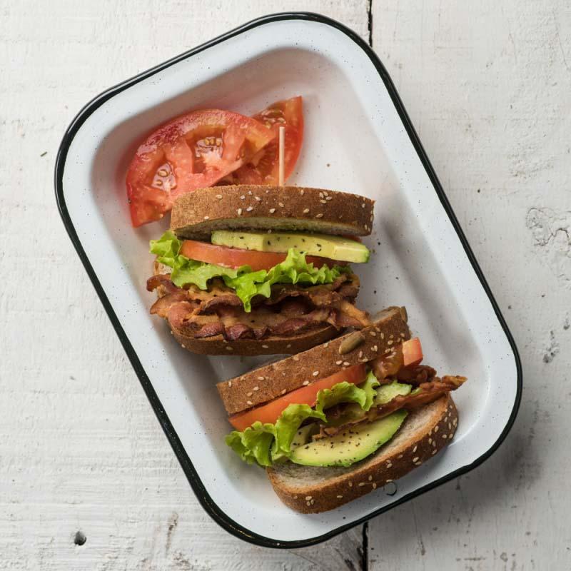 sandwiches-abiertos-de-tocino-y-aguacate