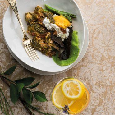 huevos-poche-servidos-sobre-salmon-con-pesto-de-pistachos-y-esparragos