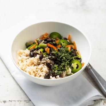 arroz integral con frijoles pimientos y cilantro sq