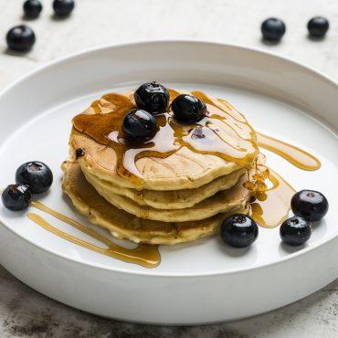 panqueques-de-avena-y-blueberries-con-queso-cottage