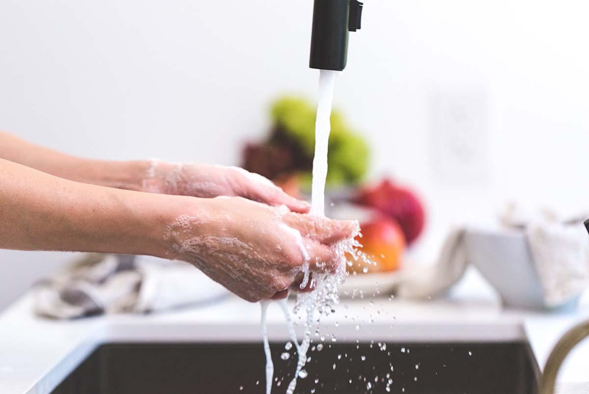 lavar el fregadero