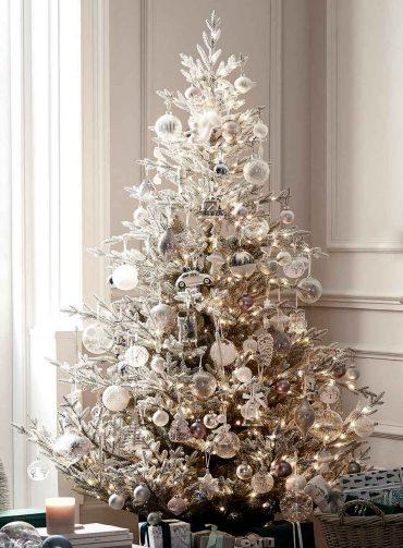 decorando-el-árbol-de-navidad