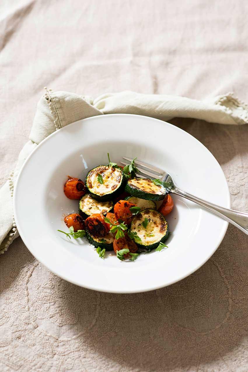 Zucchini-asado-con-tomates-cherry